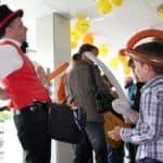 Ballonkünstler begeistern Kinder