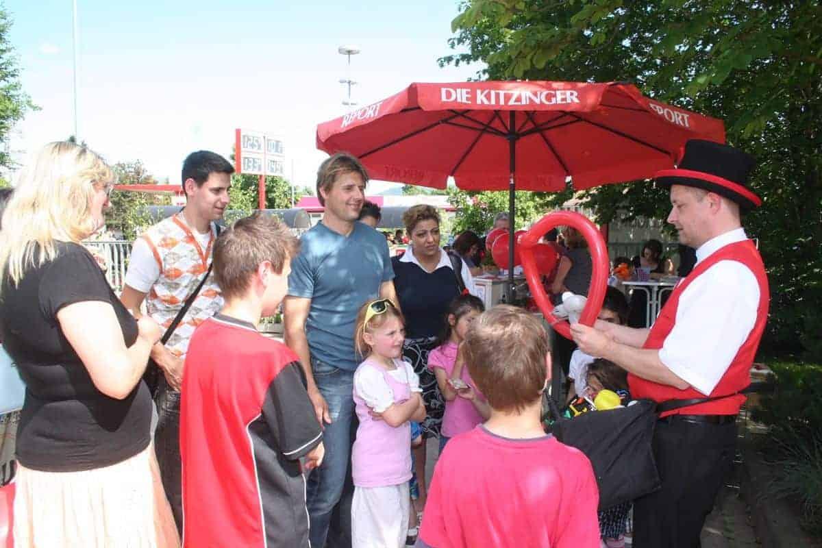 Der Ballonkünstler statt Kinderschminken als Unterhaltung für Kinder