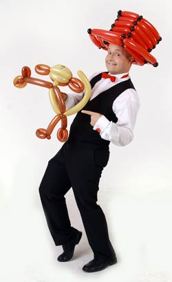 Ballonmodellierer knotet Ballontiere und Ballontiere als Luftballonkünstler für Ihr Event - Veranstaltung - Fest oder Feier