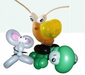 Ballonkünstler für Kindergarten knotet Ballontiere