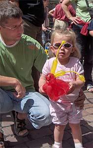 Ballonkünstler knotet Ballontiere im Kindergarten am Kindergartenfest für die Kinder