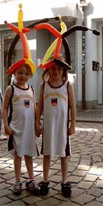 Ballonkünstler als WM-Aktion - Hüte knoten - Public Viewing - Fanmeile