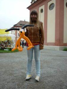 Der Ballonkünstler knotet am Bodensee tolle Ballontiere