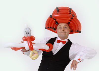 Der Ballonkünstler knotet Ballonfiguren und Luftballonfiguren für Autohaus - Autoschau - Fahrzeugpräsentation - Neuwagenschau