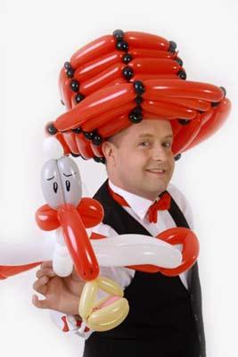 Ballonkünstler Pforzheim knotet Storch