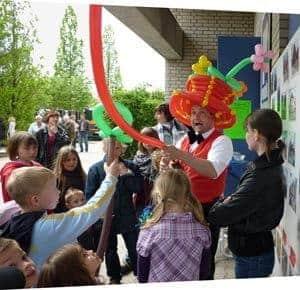Der Ballonkünstler im Kindergarten